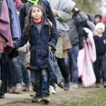 صورة اليوم| الطفلة المهاجرة.. ماذا تخبئ لها الأيام؟