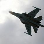 مقاتلة روسية تقوم بدورة كاملة حول طائرة استطلاع أمريكية