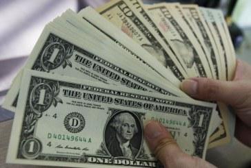الدولار يقفز أمام العملات المرتبطة بالنفط