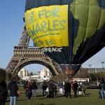 نشطاء يتسلقون برجي مدريد احتجاجا على اتفاقية تجارة دولية