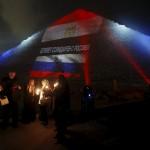 مصر تضيء الأهرامات تضامنًا مع ضحايا كورونا حول العالم