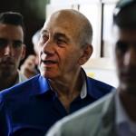 محكمة إسرائيلية تخفف عقوبة أولمرت في قضية رشوة إلى السجن 18 شهرا
