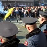 محتجون يرشقون الشرطة الألبانية بالطماطم والبيض