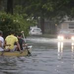 فيديو  القوارب.. وسيلة المواصلات في فيضانات بريطانيا