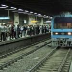 قبل سريان الحظر ..وزير النقل المصري يتابع حركة المترو لمنع التكدس