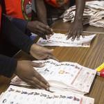 الناخبون في زامبيا يدلون بأصواتهم في انتخابات رئاسية متقاربة