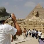 مصر تطهر منطقة الأهرامات بعد إخلائها من السياح