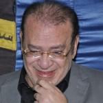 صلاح عبد الله يفقد الوعي خلال جنازة شقيقه