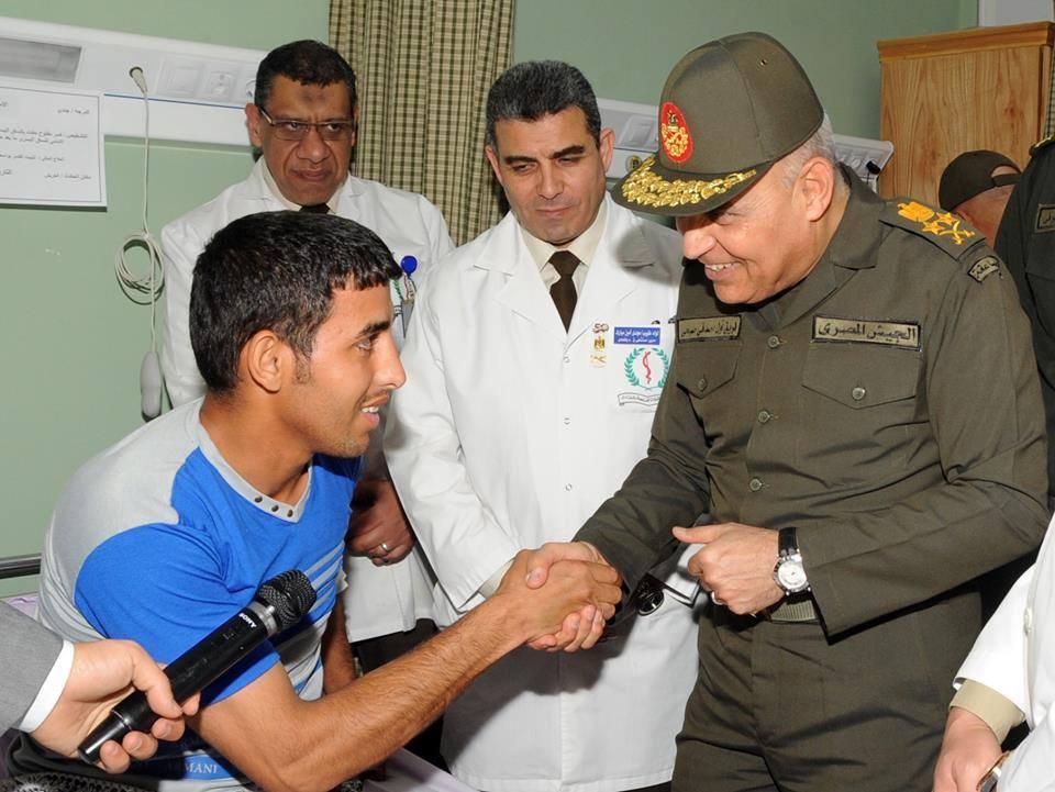 وزير الدفاع المصري يزور مصابي المواجهات مع العناصر الإرهابية
