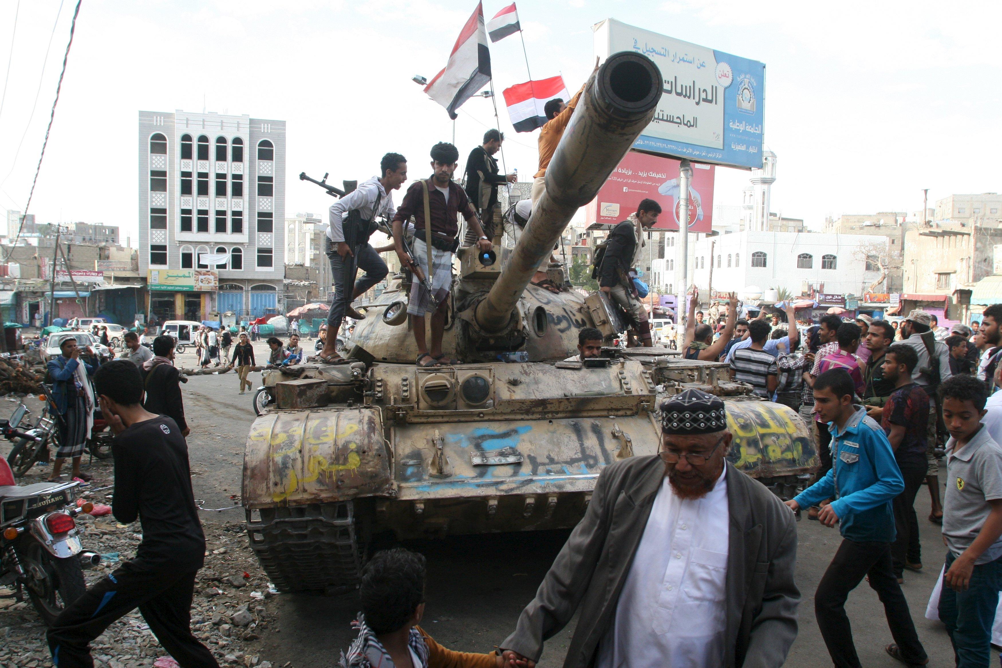 المقاومة الشعبية تتقدم في تعز.. وسقوط 15 من المتمردين بين قتيل وجريح