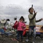 فيديو| اليونان تبدأ إخلاء مهاجرين من حدودها مع مقدونيا