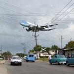 صور| أوباما وعائلته يصلون كوبا في زيارة تاريخية «لا تخلو من الصخب»