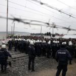 اليونان تواصل إخلاء مخيم أيدوميني غداة نقل أكثر من ألفي مهاجر