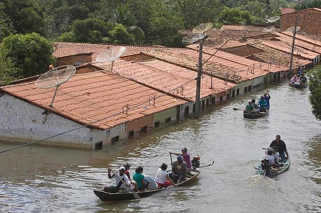 العثور على جثث 17 شخصا فقدوا في فيضانات بإندونيسيا