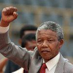 تمثال ضخم للمناضل الأفريقي الراحل نلسون مانديلا في مدينة رام الله