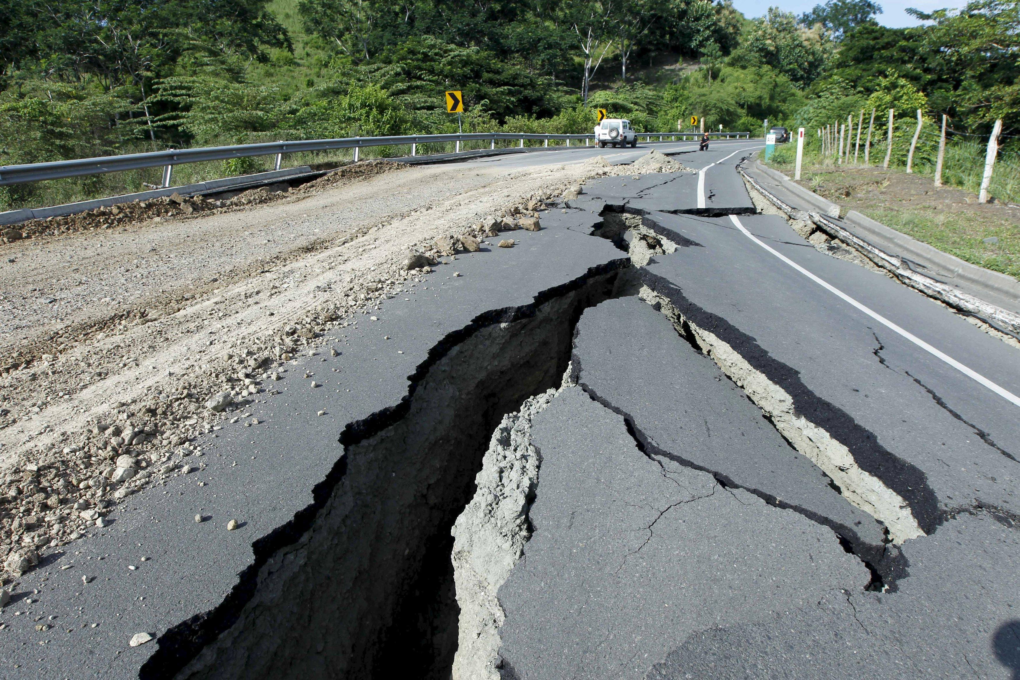 آثار دمار زلزال السبت الماضي- رويترز