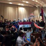 آلاف المتظاهرين يقتحمون مبنى البرلمان العراقي والمنطقة الخضراء ببغداد