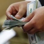 الدولار يتراجع بعد مكاسب لأحد عشر يوما