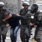 فيديو| قوات الاحتلال تعتقل شابا فلسطينيا بعد إصابته