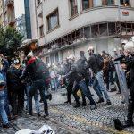 الشرطة التركية تطلق الغاز المسيل للدموع على محتجين وسط إسطنبول