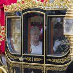 للمرة الأولي في تاريخها.. ملكة انجلترا تستخدم المصعد