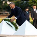 أوباما يضع إكليلا من الزهور على نصب للسلام في زيارة تاريخية لهيروشيما