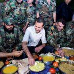 في ظهور مفاجئ.. الأسد يتناول الإفطار مع جنوده قرب دمشق