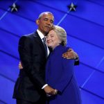 صور| بـ«العناق والأحضان».. أوباما يدعم كلينتون في مواجهة ترامب