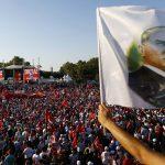 آلاف الأتراك يتجمعون في