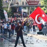 فيديو| الآلاف يتظاهرون في إسطنبول دعما للديمقراطية ورفضا للطوارئ