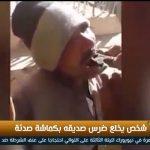 فيديو| رجل يخلع ضرسه بكماشة صدئه