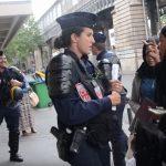 شرطي فرنسي يسخر من لاجئة تبكي بعد تفكيك مخيمها