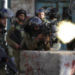 فيديو| جنود إسرائيليون يلقون قنبلة وسط شبان فلسطينيين دون سبب