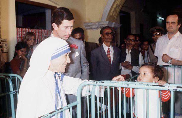 الأم تيريزا مع الأمير تشارلز خلال زيارته الهند