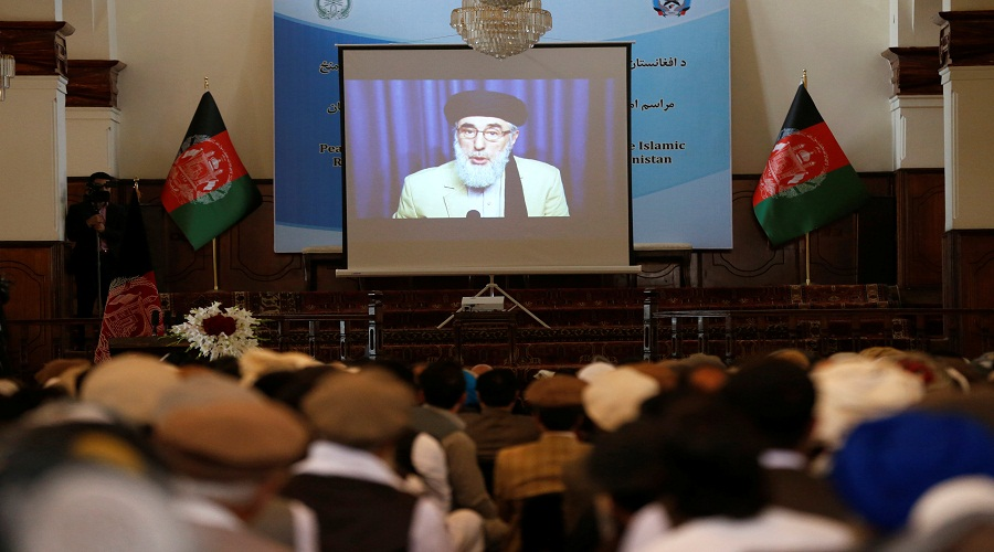 Afghans watch a screen showing the broadcast of Gulbuddin Hekmatyar during a signing ceremony with Afghan government at the presidential palace in Kabul, Afghanistan September 29, 2016. REUTERS/ Omar Sobhani