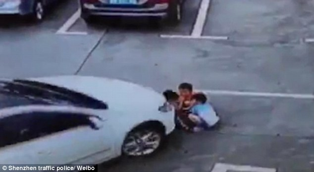 3895201200000578-3796860-terrifying_moment_the_car_drove_over_the_three_toddlers_playing_-m-8_1474363610683-1