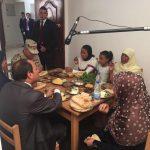 صور  السيسي يتناول وجبة فول وطعمية على مائدة أسرة مصرية