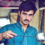 «فتى الشاي» يثير الفتنة بين نساء باكستان