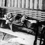 فيديو| «زمن» حسين فهمي يعرض صورة زعيم «الوفد» مصطفى النحاس ممدا فوق «دكة» بمحطة قطار