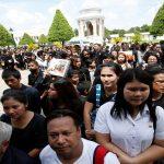 تايلاند تعين وصيا على العرش بينما يتوافد المواطنون على القصر