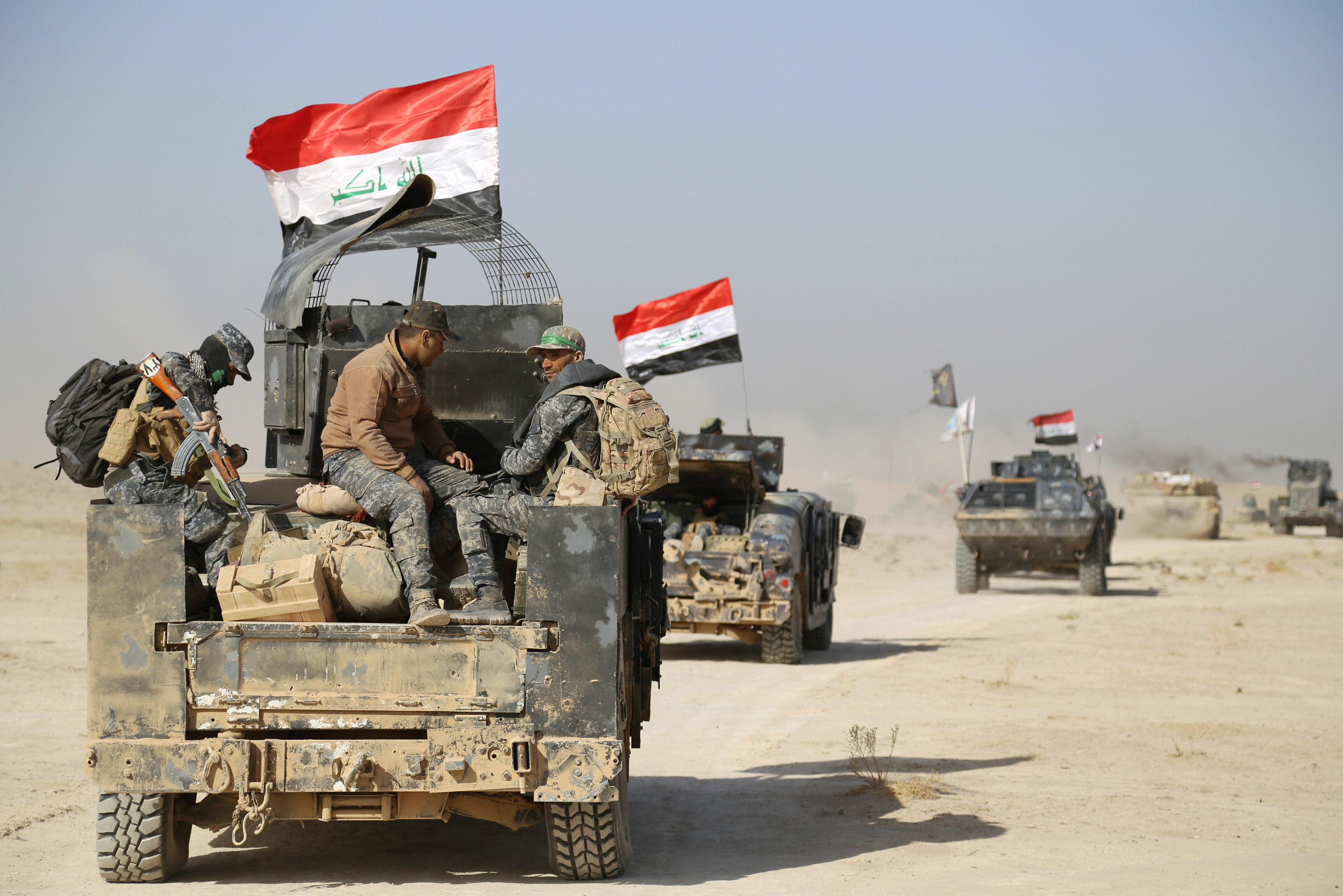 Iraqi security forces advance in Qayara, south of Mosul, to attack Islamic State militants in Mosul