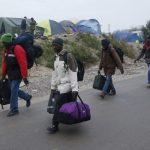 فرنسا تبدأ نقل المهاجرين من مخيم في شمال باريس