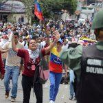 رئيس فنزويلا يتعهد باستفتاء وارتفاع قتلى الاضطرابات إلى 62