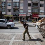 صور| «الحياة صعبة».. لاجئ سوري يبحث بين النفايات في تركيا لإعانة عائلته
