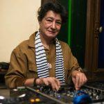 دينا غريب.. امرأة خمسينية تلعب الـ«دي جي» كفتاة في العشرينيات