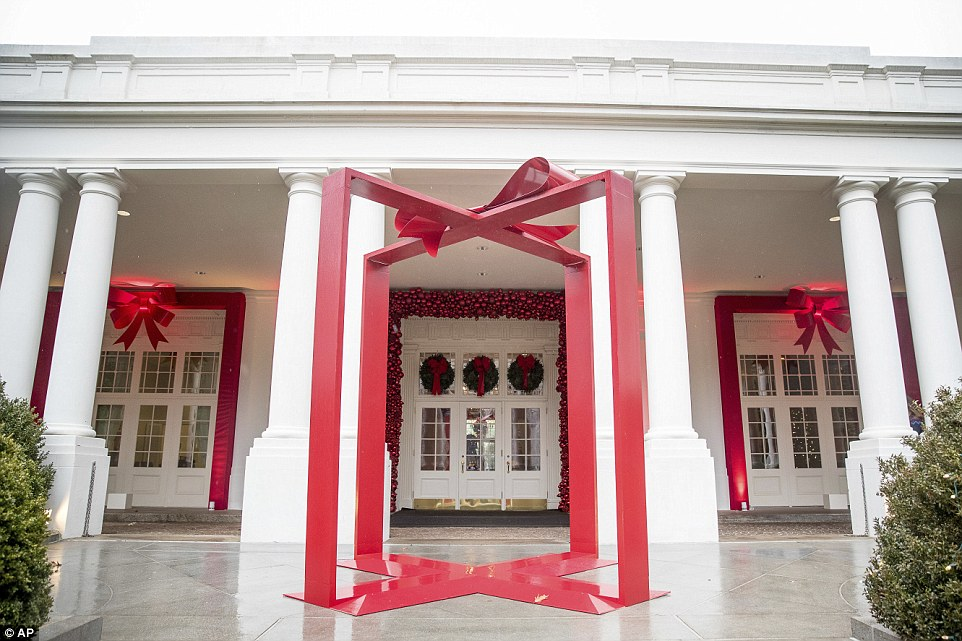 3adb878000000578-3983042-what_a_gift_a_large_ribbon_displayed_outside_the_east_wing_of_th-a-9_1480467811549