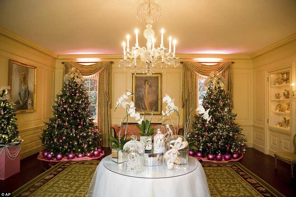 3adba21a00000578-3983042-the_white_house_unveiled_this_years_christmas_decorations_on_tue-a-11_1480440668879