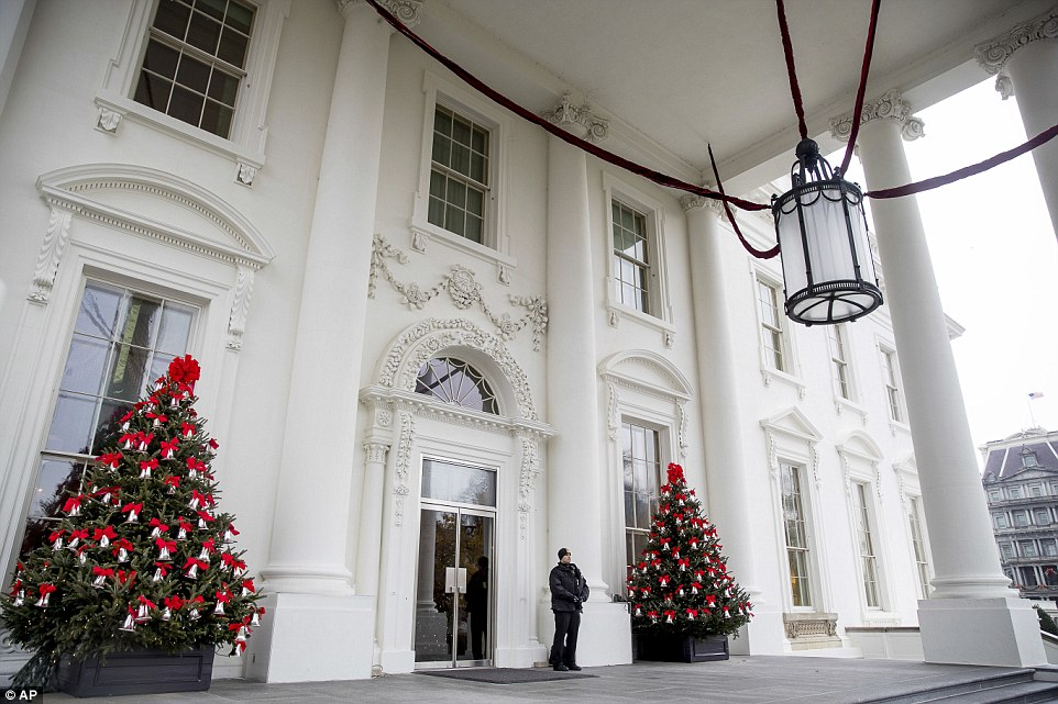 3adbd30600000578-3983042-the_north_portico_of_the_white_house_is_decorated_with_a_couple_-a-3_1480467811507