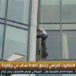 فيديو| «الرجل العنكبوت» الفرنسي يتسلق ناطحة سحاب في برشلونة دون معدات