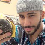 «اللغة العربية» تطرد نجم «يوتيوب» صالح آدم من طائرة أمريكية
